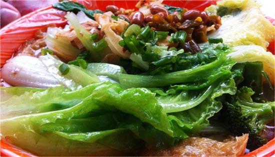 Chinesen lieben Suppen - Chinesische Suppe mit viel Nudeln und Gemüse - Chinesisch sprechen
