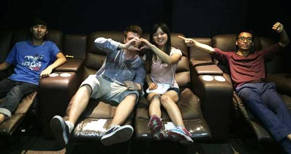 chinesische Freundin mit Christian und Freunden im Kinosaal