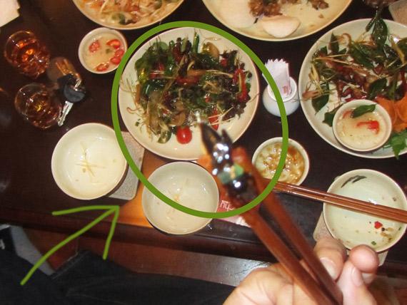 Heuschrecken essen in Vietnam - eine vietnamesische Köstlichkeit