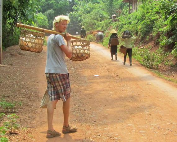 Auf der Rucksackreise durch Vietnam bei einem Fußmarsch in ein Bergdorf