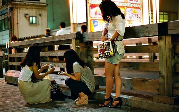 Thailändische Frauen am Straßenrand
