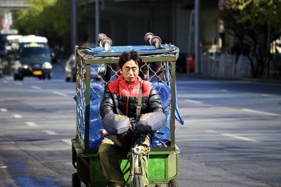 Chinese liefert Wasser aus - sehr wahrscheinlich ist es ein elektroroller