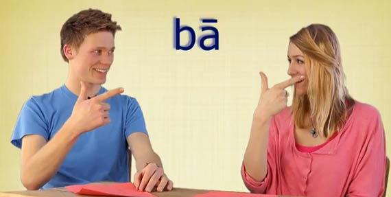 Gina und Kilian zeigen die Zahl acht auf Chinesisch - Chinesisch Kenntnisse